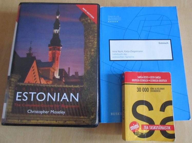 Bei den Sachbüchern sind wir schon etwas besser ausgestattet. Hier die Bücher, die mit der estnischen Sprache zu tun haben (das kleine Wörterbuch war während meiner Zeit in Tartu mein ständiger Begleiter und sieht daher im wahrsten Sinne des Wortes etwas mitgenommen aus)