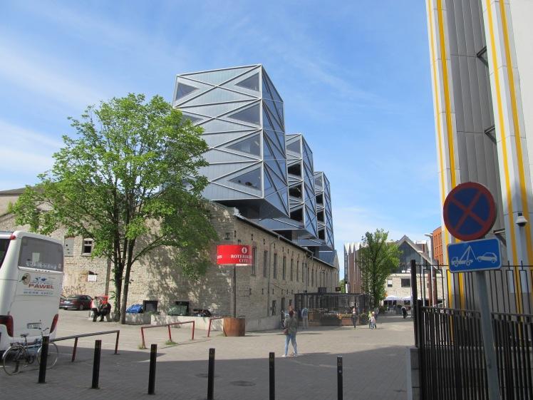 Im Rotermanni kvartal, einem Teil der Stadt, in dem alte Fabrikgebäude eine neue Funktion bekommen haben und mit moderner Architektur kombiniert  wurden.